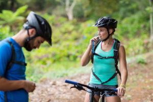 Fahrradfahrerin mit Trinkrucksack