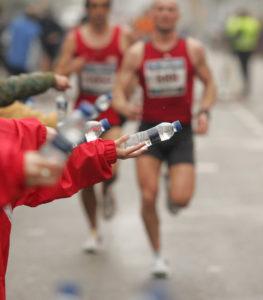 Marathon-Läufer trinken
