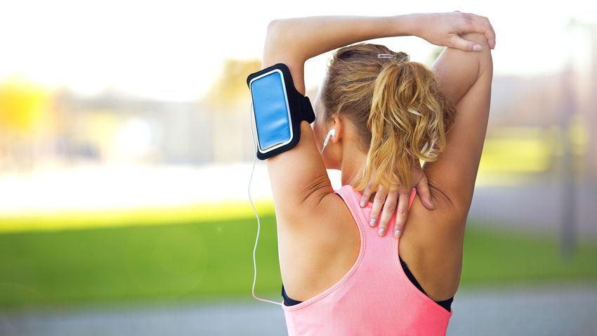 Läuferin mit Smartphone und Brustgurt