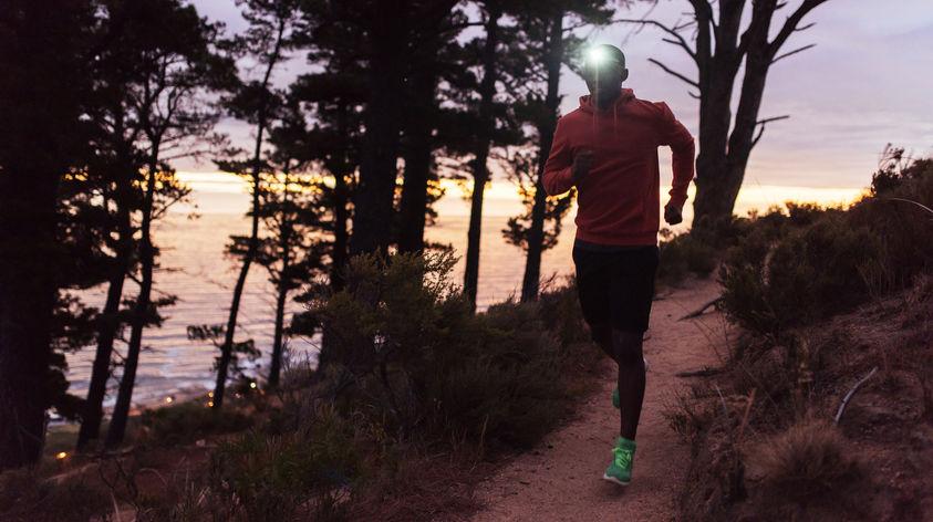Trailrunning mit Stirnlampe in der Dämmerung
