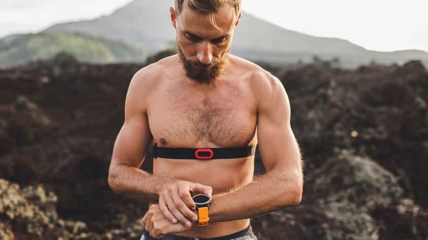 Sportler nutzt Pulsuhr mit Brustgurt