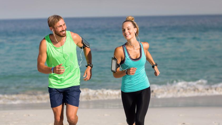 Paar mit Handy beim Joggen